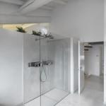 moderna bagno con doccia in muratura e vetro in mansarda